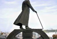 A Statue of Nikola Tesla stands overlooking Niagara Falls.